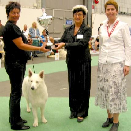 v.l.n.r.: Helle Kristiansen (DK), Richterin N. Karlsdotter (SE), Birgit H. Hilsbos (FBBSI Geschäftsführerin) mit World Winner BOB Horsebo 7 Up.