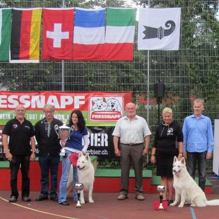 Foto: AL R.Vogt, Dr. M. König, C. Riesinger mit BOB Nero, Richter J. Pohling, K. Magyar mit BOS Milla, GWS-Präsident St. Bolliger